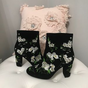FOREVER 21 BLACK FLORAL BOOTIES